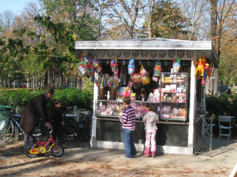 Children at Kiosk, Jardin du Ranelagh